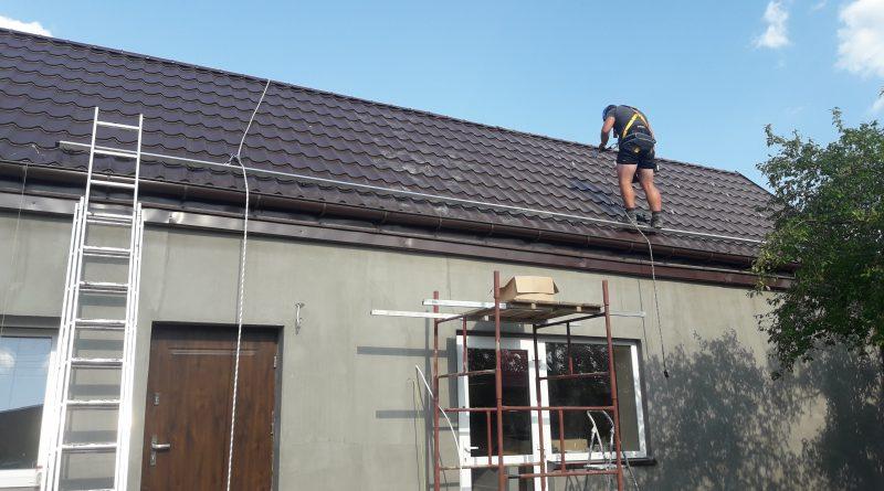 Montaż profili na dachu skośnym na blachodachówce - Goldsolar.pl